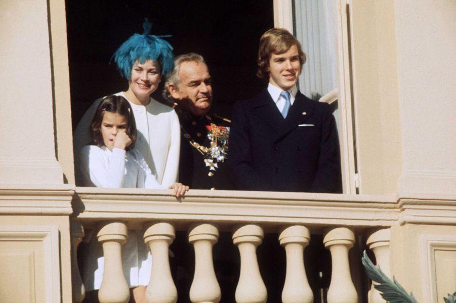 Le prince Albert de Monaco avec ses parents et sa petite soeur la princesse Stéphanie, le 19 novembre 1974
