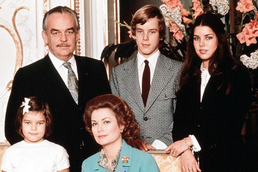 Le prince Albert de Monaco avec ses parents et ses soeurs, en 1972