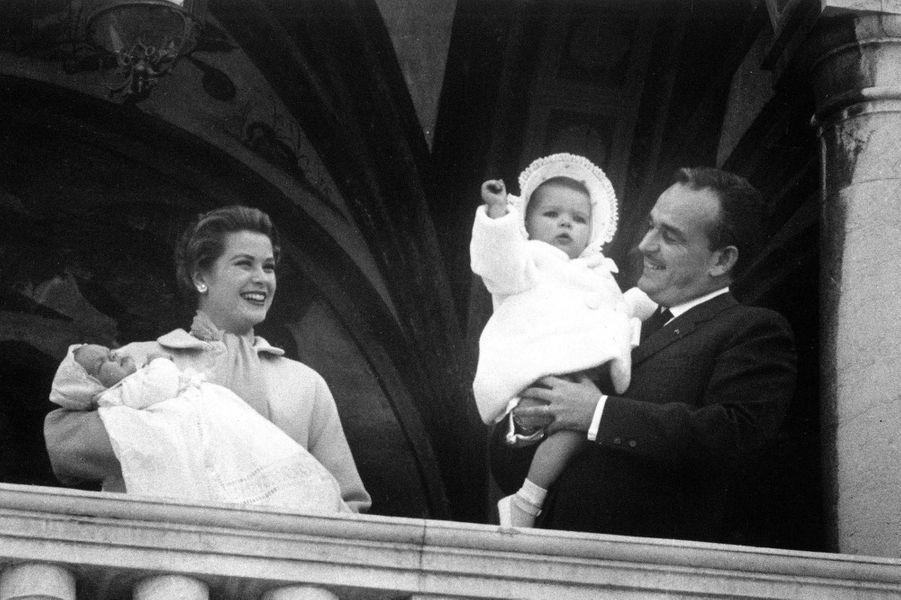 Le prince Albert de Monaco, le jour de son baptême, avec ses parents et la princesse Caroline, le 20 avril 1958
