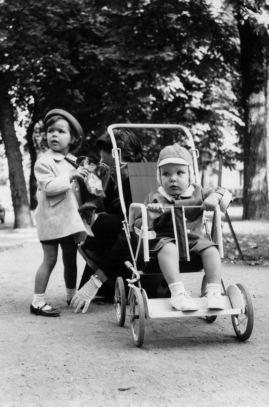 Le prince Albert de Monaco avec la princesse Caroline, le 8 octobre 1959