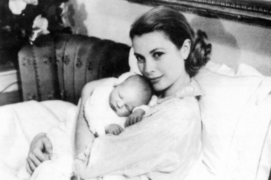 Le prince Albert de Monaco à 4 jours, avec la princesse Grace, en mars 1958