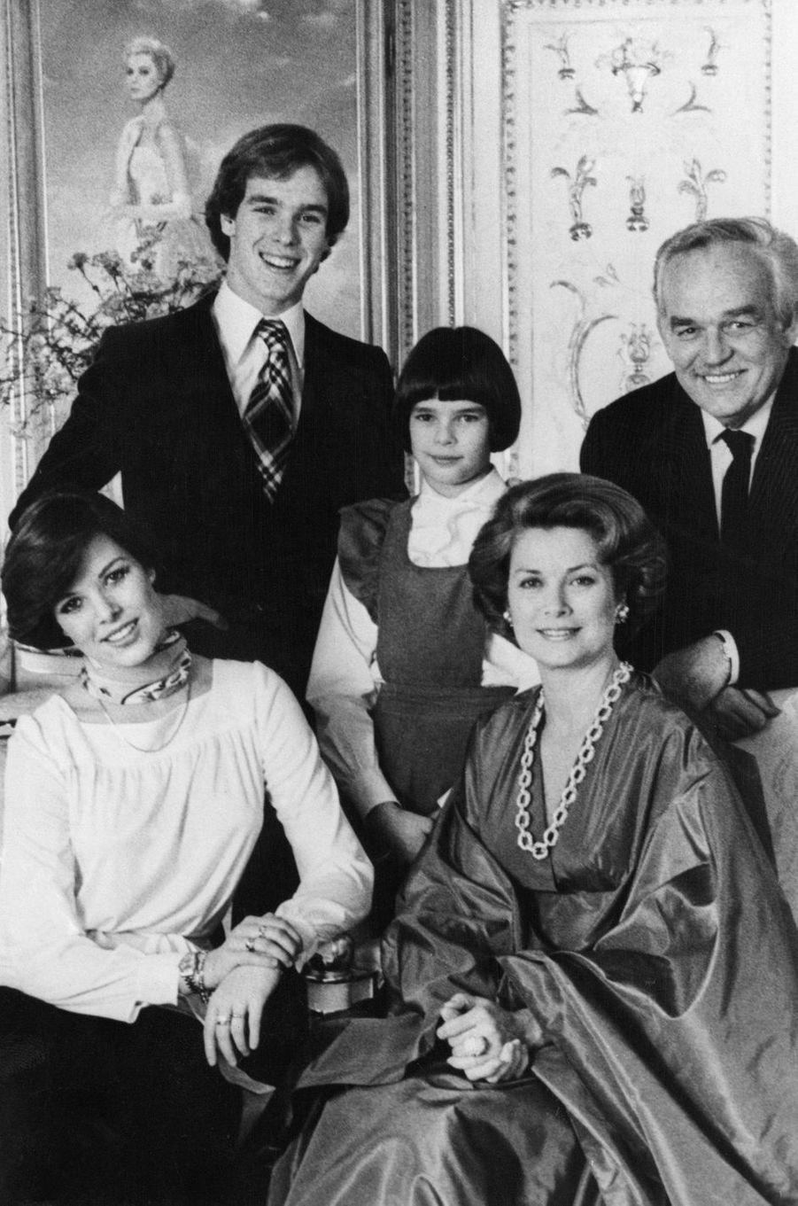 Le prince Albert de Monaco avec ses parents et ses soeurs, le 20 avril 1976
