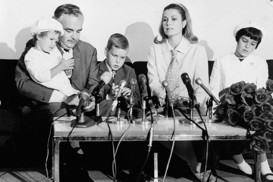 Le prince Albert de Monaco avec ses parents et ses soeurs, en 1967
