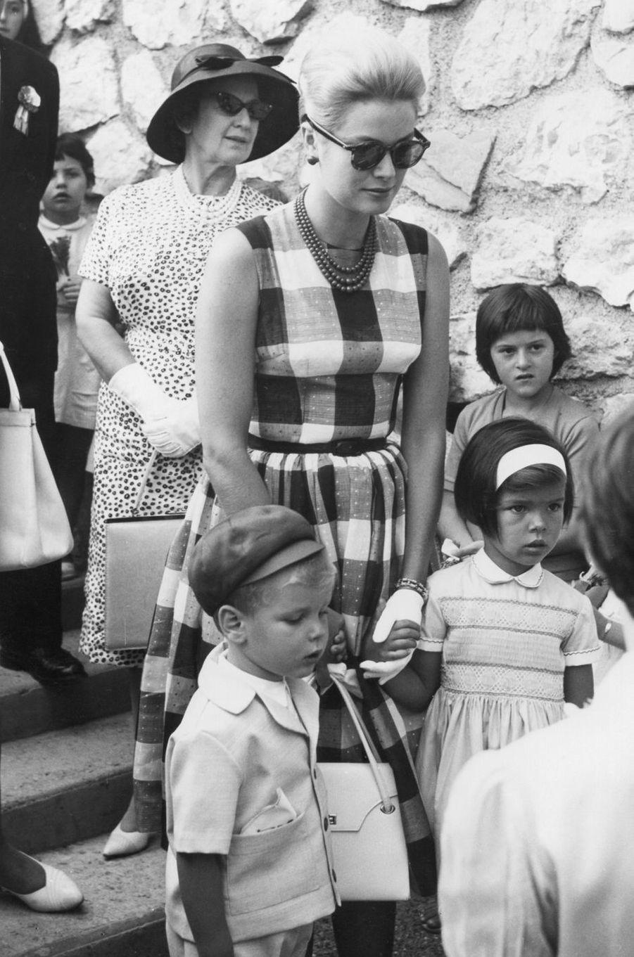 Le prince Albert de Monaco avec les princesses Grace et Caroline, en 1961