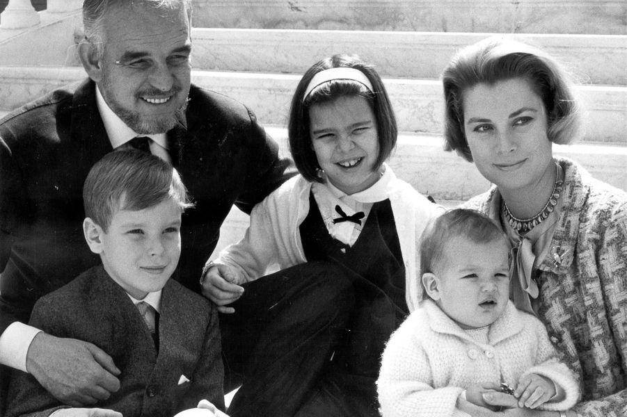 Le prince Albert de Monaco avec ses parents et ses soeurs, le 11 avril 1966