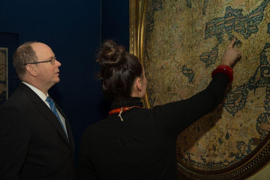 """Le Prince Albert De Monaco Visite L'exposition """"Aventuriers Des Mers"""" À L'Institut Du Monde Arabe 10"""
