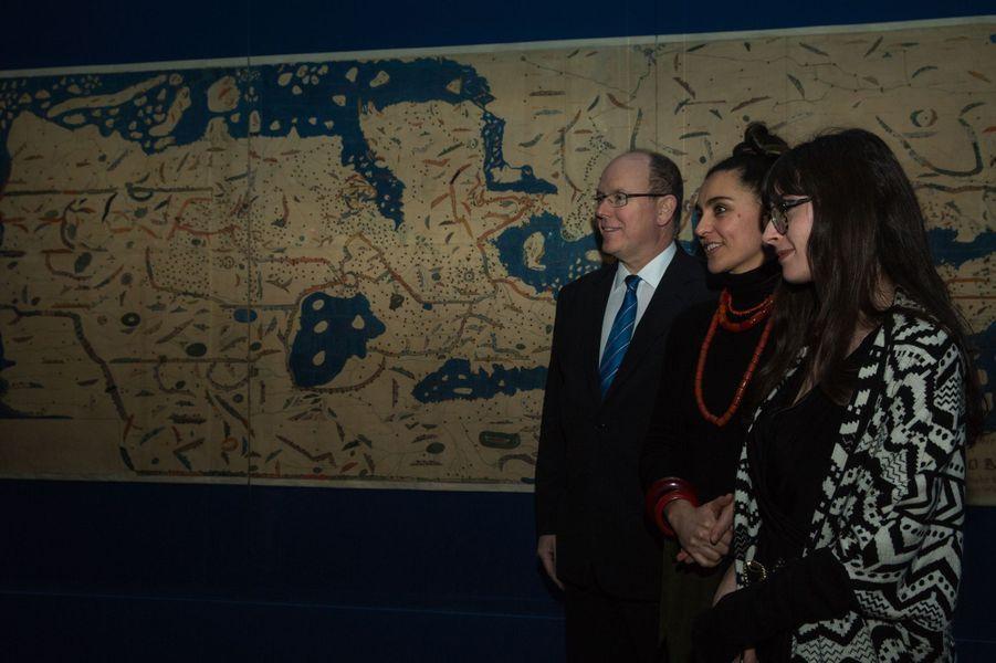 """Le Prince Albert De Monaco Visite L'exposition """"Aventuriers Des Mers"""" À L'Institut Du Monde Arabe 11"""