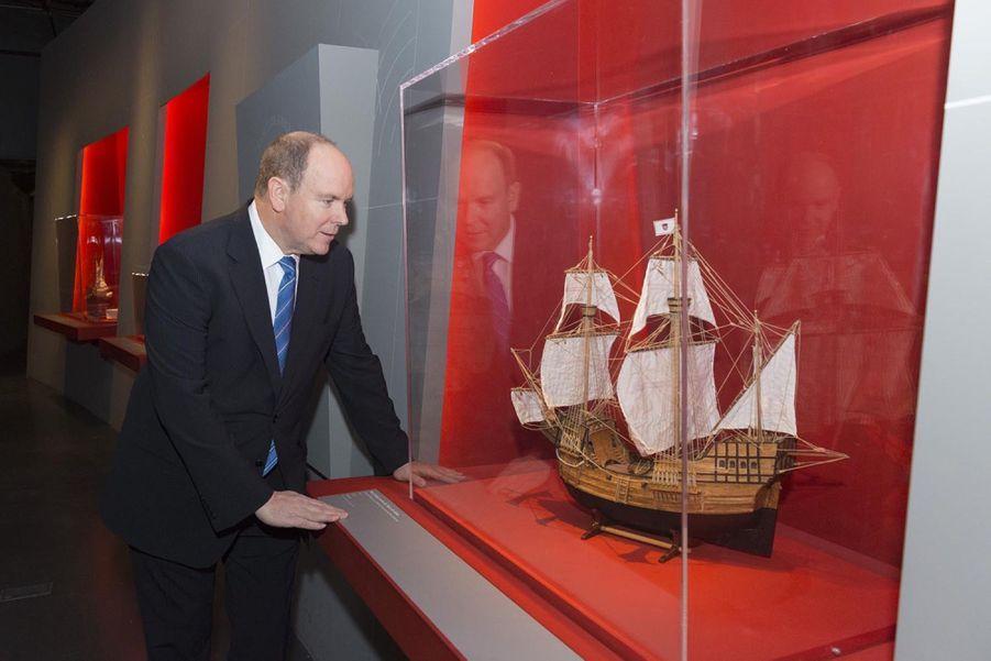 """Le Prince Albert De Monaco Visite L'exposition """"Aventuriers Des Mers"""" À L'Institut Du Monde Arabe 5"""