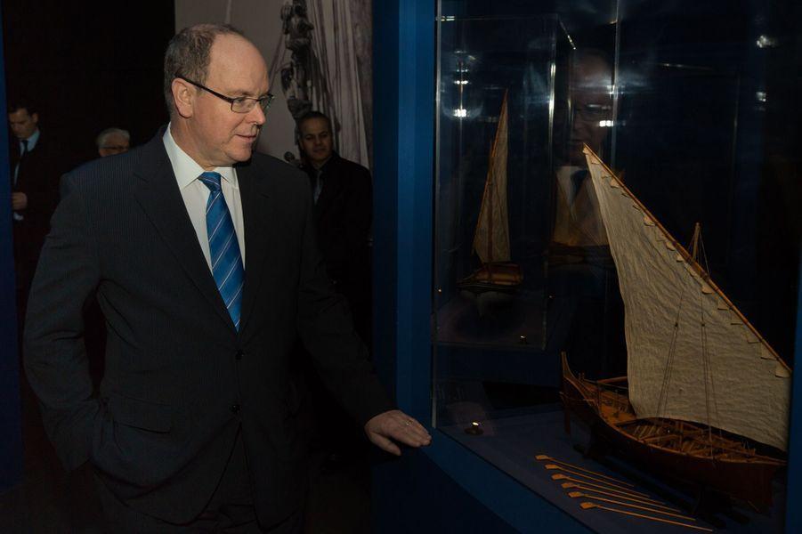 """Le Prince Albert De Monaco Visite L'exposition """"Aventuriers Des Mers"""" À L'Institut Du Monde Arabe 9"""