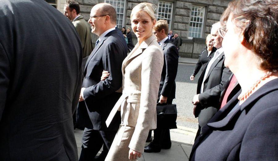 Albert de Monaco est actuellement en Irlande pour une visite d'Etat, accompagné Charlene Wittstock. Ce déplacement, cinquante ans après la visite officielle du Prince Rainier et de la Princesse Grace, tend à renforcer les liens déjà étroits existants entre les deux pays, souligne le Palais de Monaco.