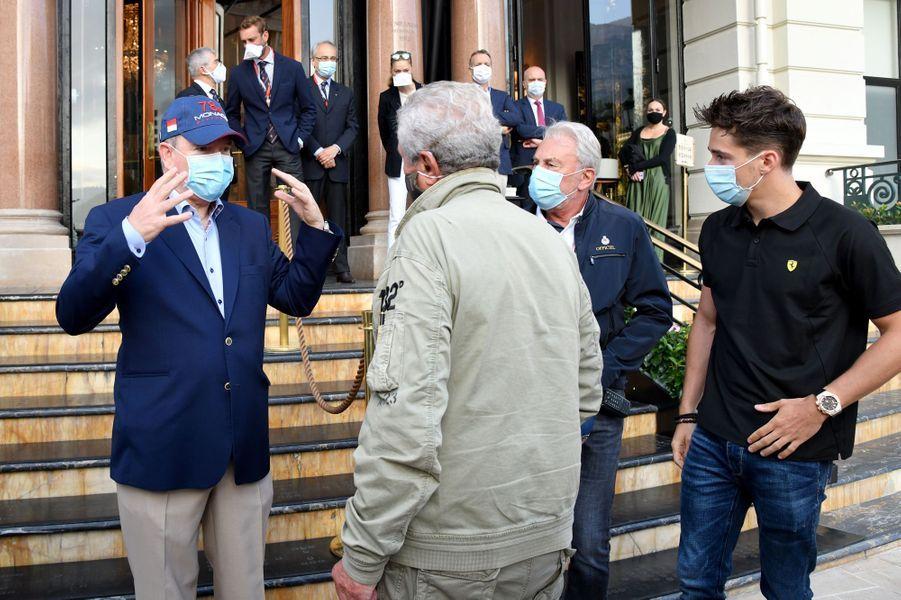 Le prince Albert II de Monaco avec Claude Lelouch et Charles Leclerc, le 24 mai 2020 à Monaco
