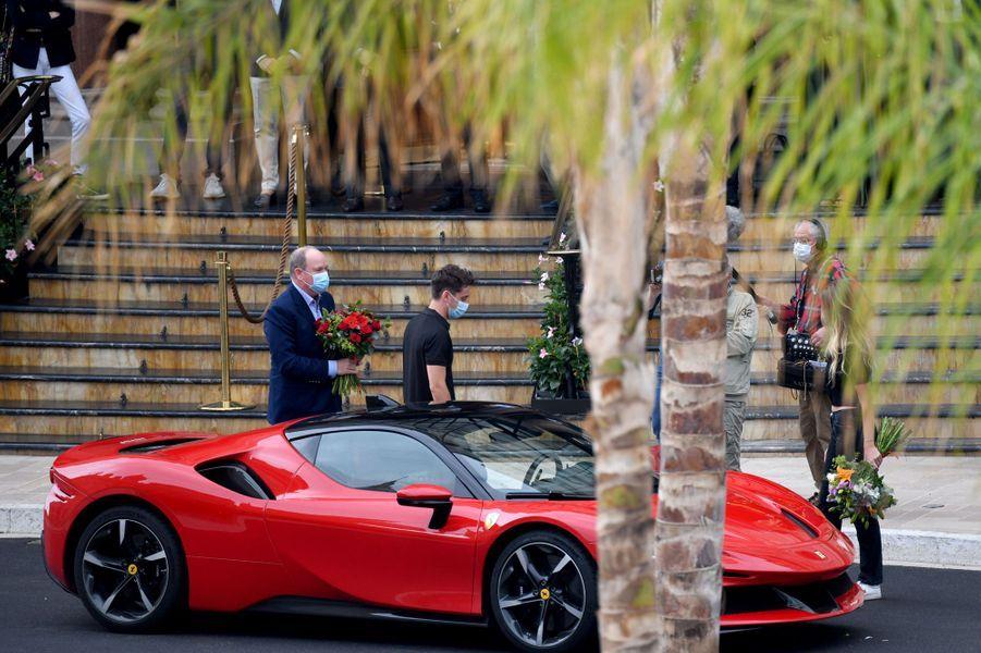 Le prince Albert II de Monaco avec Charles Leclerc à Monaco, le 24 mai 2020