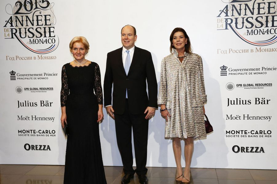 Le prince Albert de Monaco et la princesse Caroline de Hanovre, avec Olga Golodets, vice-Premier ministre de la Russie à Monaco, le 19 décembre 20...