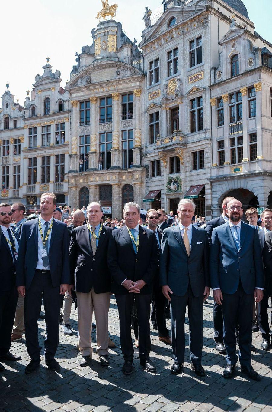 Le prince Albert II de Monaco avec Eddy Merckx, le roi des Belges Philippe et Charles Michel à Bruxelles, le 6 juillet 2019