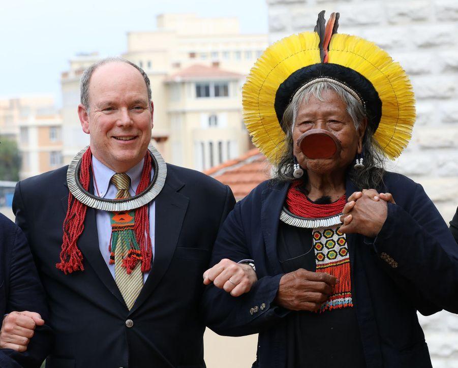 Le prince Albert II de Monaco avec le chef Raoni à Monaco, le 23 mai 2019