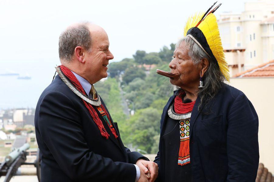 Le prince Albert II de Monaco et le chef Raoni Metuktire à Monaco, le 23 mai 2019