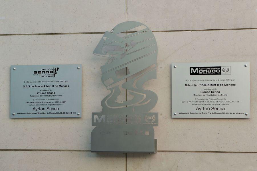 La plaque dédiée à Ayrton Senna devant l'hôtel Fairmont, à Monte Carlo.