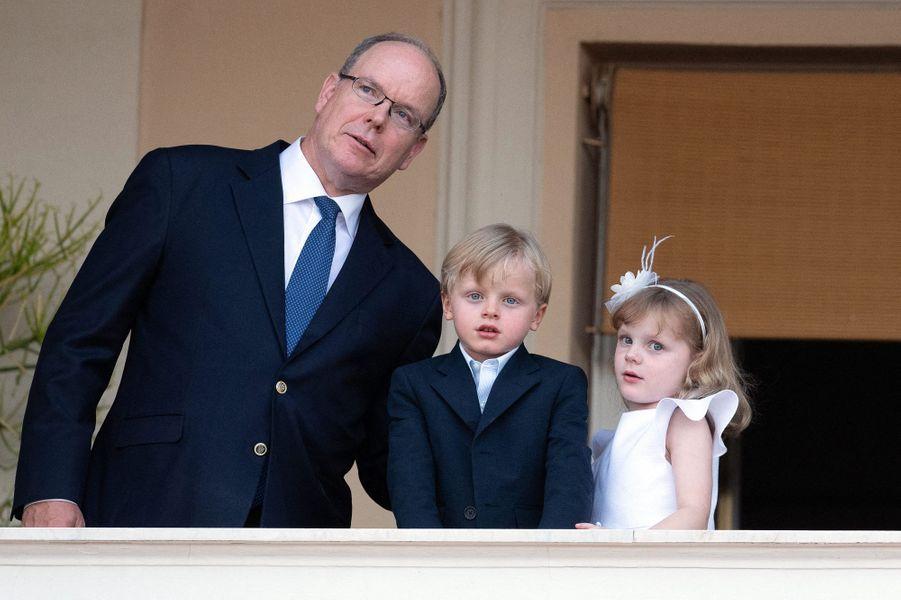Le prince Albert II de Monaco avec ses jumeaux le prince Jacques et la princesse Gabriella à Monaco, le 23 juin 2020
