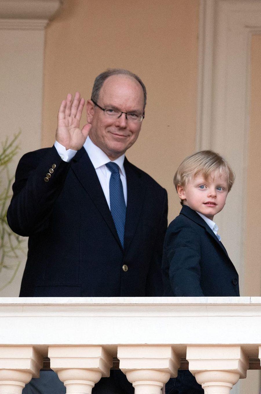 Le prince Albert II de Monaco avec son fils et héritier le prince Jacques à Monaco, le 23 juin 2020
