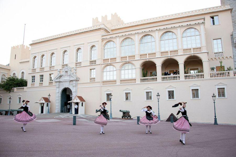 Les danseuses de la Palladienne de Monaco lors du feu de la Saint-Jean à Monaco, le 23 juin 2020