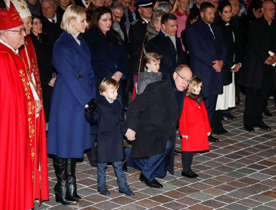Le prince Jacques et la princesse Gabriella avec la princesse Charlène et le prince Albert II de Monaco sur le port à Monaco, le 26 janvier 2020