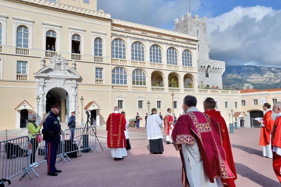 Les princesses Gabriella et Charlène et les princes Jacques et Albert II de Monaco au balcon du Palais princier à Monaco, le 27 janvier 2020
