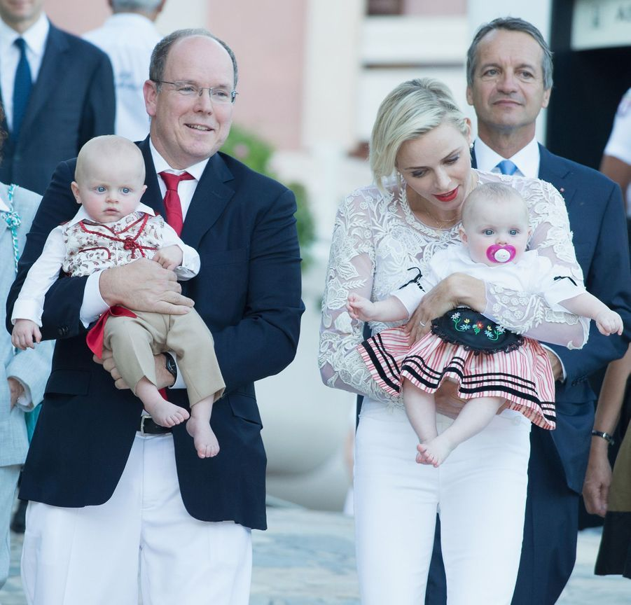 Le prince Jacques et la princesse Gabriella de Monaco avec leurs parents le prince Albert II et la princesse Charlène, le 28 août 2015