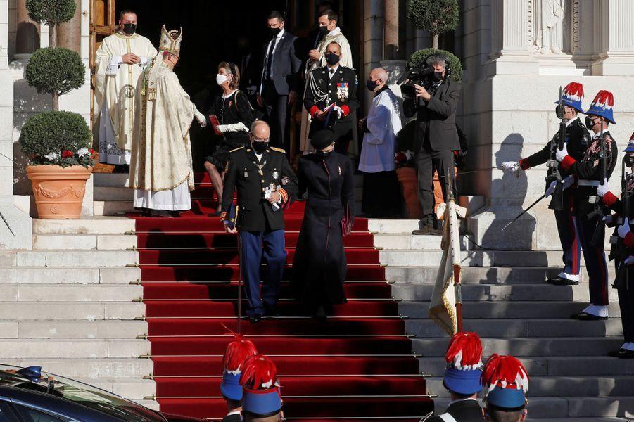 Le prince Albert II de Monaco avec les princesses Charlène et Caroline à Monaco, le 19 novembre 2020
