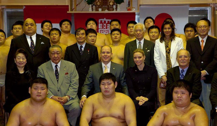 Albert et Charlene posent ensemble pour la photo officielle avec les étudiants sumos.