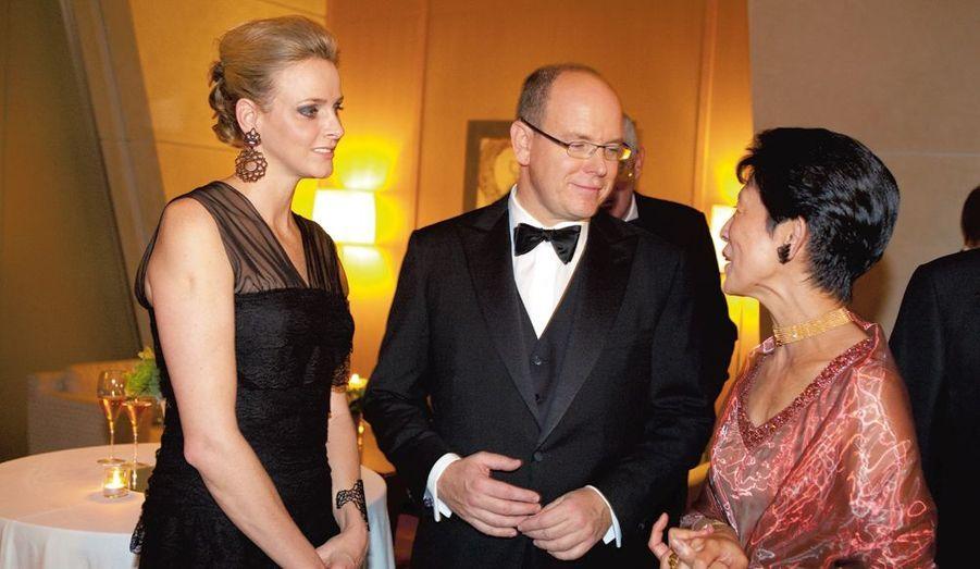 Au cocktail de la fondation BirdLife, vendredi à l'hôtel Grand Hyatt à Tokyo, Albert et Charlene rencontrent la cousine de l'empereur qui s'occupe de fondations.
