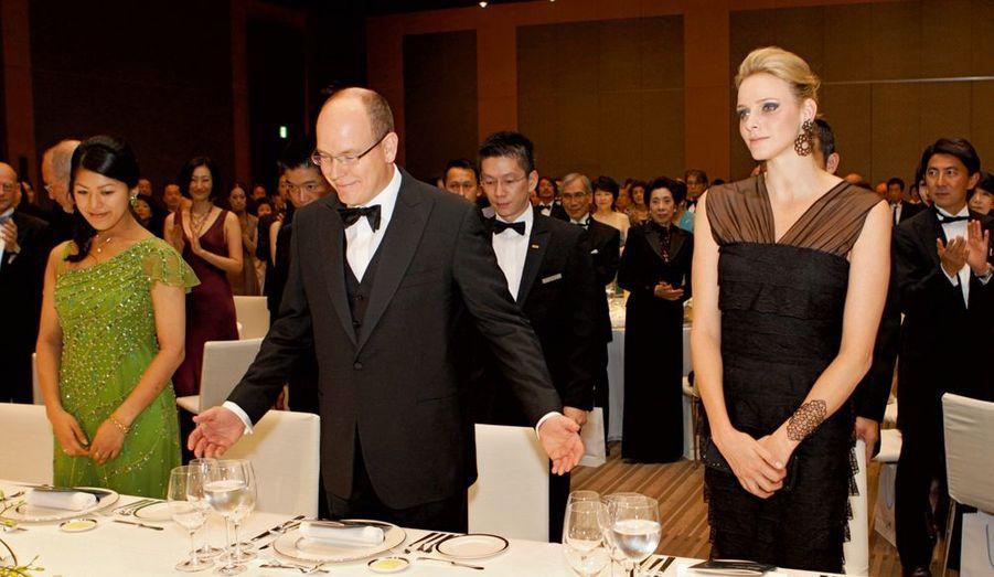 Invitée d'honneur, Charlene est placée à la gauche du prince, au dîner qui suit.