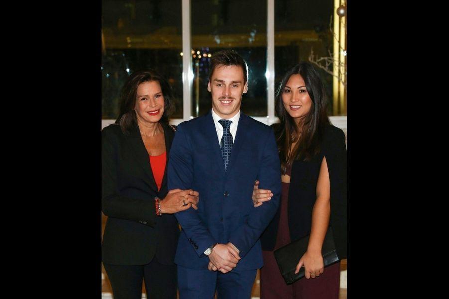 Entre sa mère, la princesse Stéphanie, et sa fiancée, Marie, lors de la vente du Fight Aids Monaco, le 1er décembre 2017.