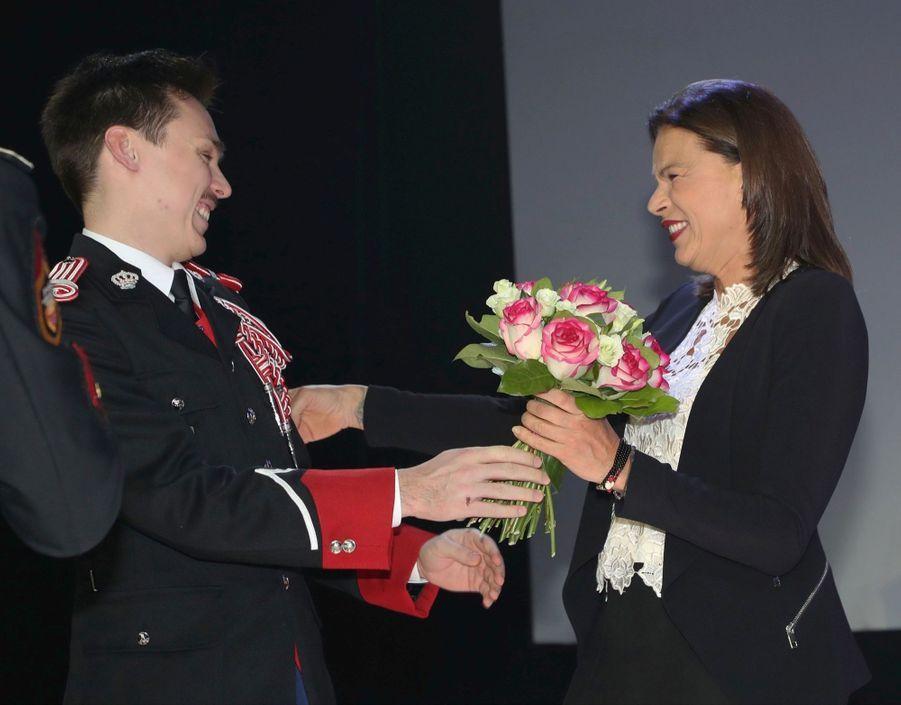 Louis, en grand uniforme de carabinier, reçoit un bouquet de sa mère, marraine de la compagnie, le 8 décembre 2017