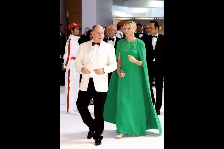 Le prince Albert et la princesse Charlène de Monaco arrivent au 71e gala de la Croix-Rouge monégasque, le 26 juillet