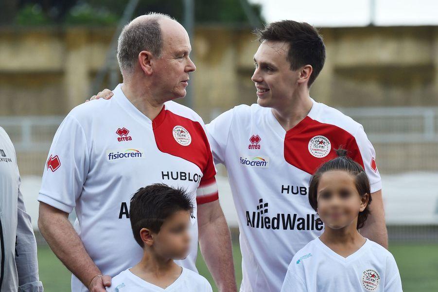 Le prince Albert II de Monaco et Louis Ducruet lors d'un match de football caritatif opposant l'A.S. Star Team for Children à l'Association Mondiale des Pilotes de F1 au stade Lucien Rhein à Menton, le 22 mai 2018