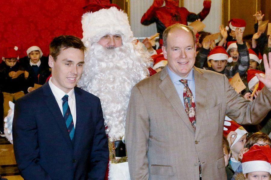 Le prince Albert II de Monaco et Louis Ducruet lors du Noël des enfants au palais princier à Monaco le 19 décembre 2018