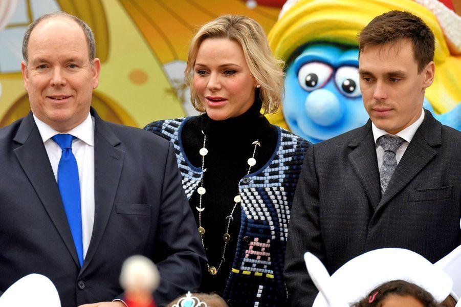 Le prince Albert II de Monaco, la princesse Charlène et Louis Ducruet lors de la remise de cadeaux de Noël aux enfants monégasques au palais à Monaco le 18 décembre 2019