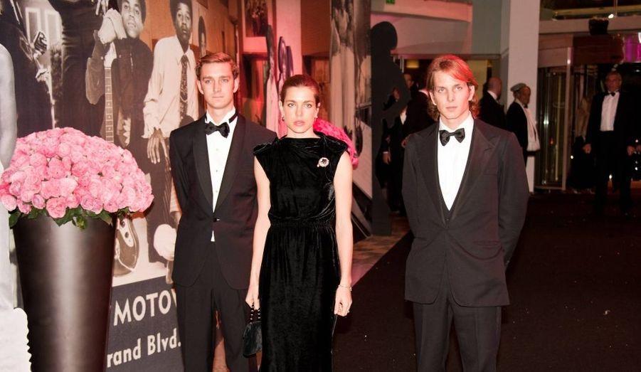 Vêtus de noir, Charlotte, Andréa et Pierre Casiraghi sont venus pour honorer le travail de la fondation Princesse Grace en faveur des enfants défavorisés.