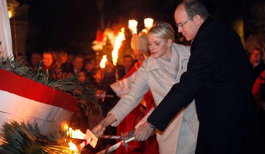 Jeudi soir, comme le veut la tradition, Albert et Charlène ont mis le feu à un bateau de pécheur.