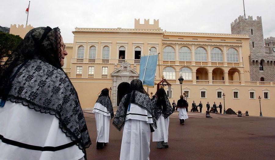 Albert et Charlène ont assisté à la procession d'un balcon du Palais princier.