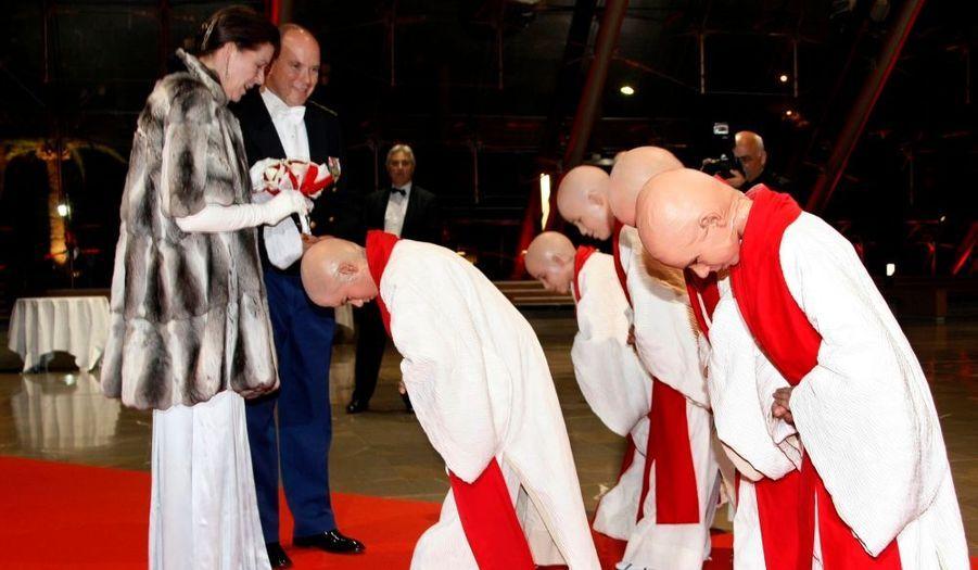 Caroline et Albert de Monaco accueillent des moines lors du gala de la fête nationale.