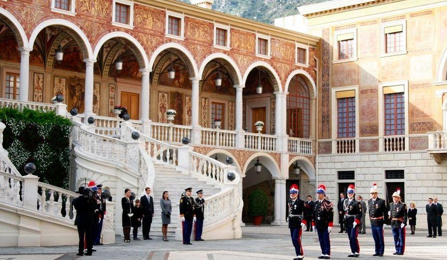 La grande parade prend place dans la cour du palais monégasque.