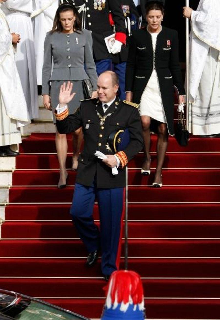 Le Prince Albert de Monaco descend quelques marches devant ses soeurs, Stéphanie et Caroline.