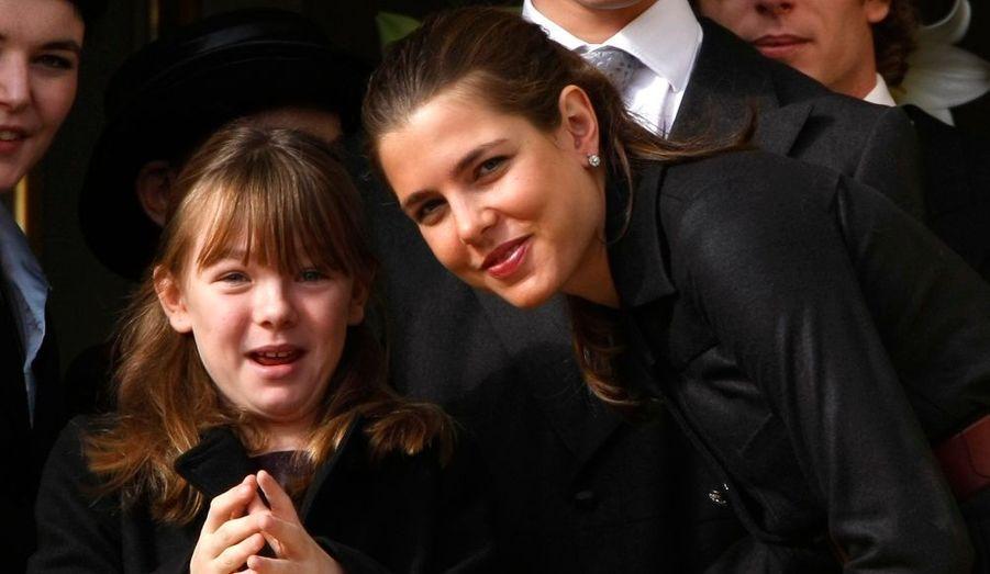 Les filles de Caroline de Hanovre, la petite Alexandra et sa grande soeur Charlotte, attendent la grande parade.