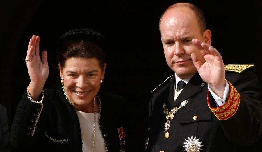 Caroline et Albert de Monaco saluent la foule venue les acclamer.