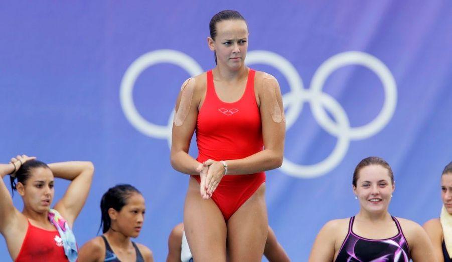Sourcils froncés, Pauline Ducruet quitte ses concurrentes d'un pas décidé pour rejoindre le plongeoir.