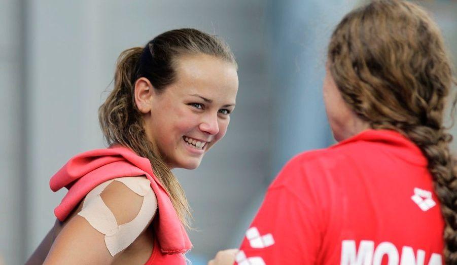 Pauline bavarde avec sa coach avant de rejoindre ses concurrentes.