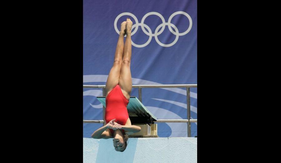 Pauline Ducruet s'élance droite comme un i du haut de son plongeoir à trois mètres au dessus du bassin.