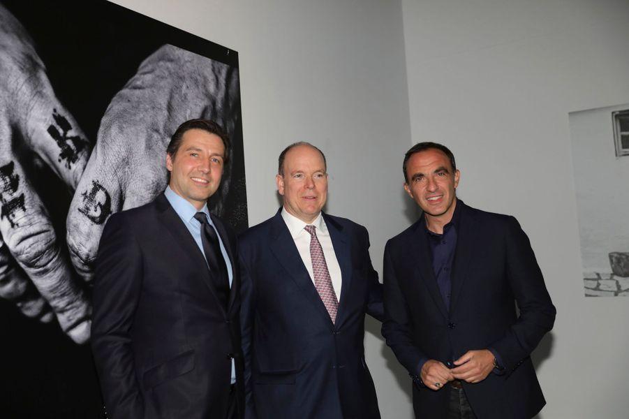 Le prince Albert II de Monaco et Nikos Aliagas avec Renaud Siegmann, directeur général de PhotoMonaco, à Monaco le 5 avril 2018