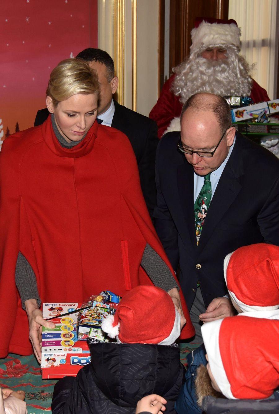 Charlène De Monaco Et Le Prince Albert À L'arbre De Noël Du Palais 23